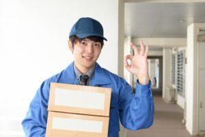 荷物を配達する軽貨物ドライバーの男性